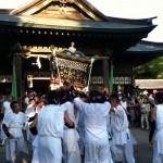 八幡宮拝殿前の神輿