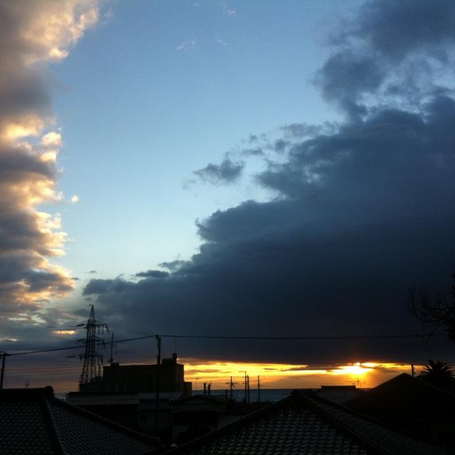 雲を押して陽が昇る